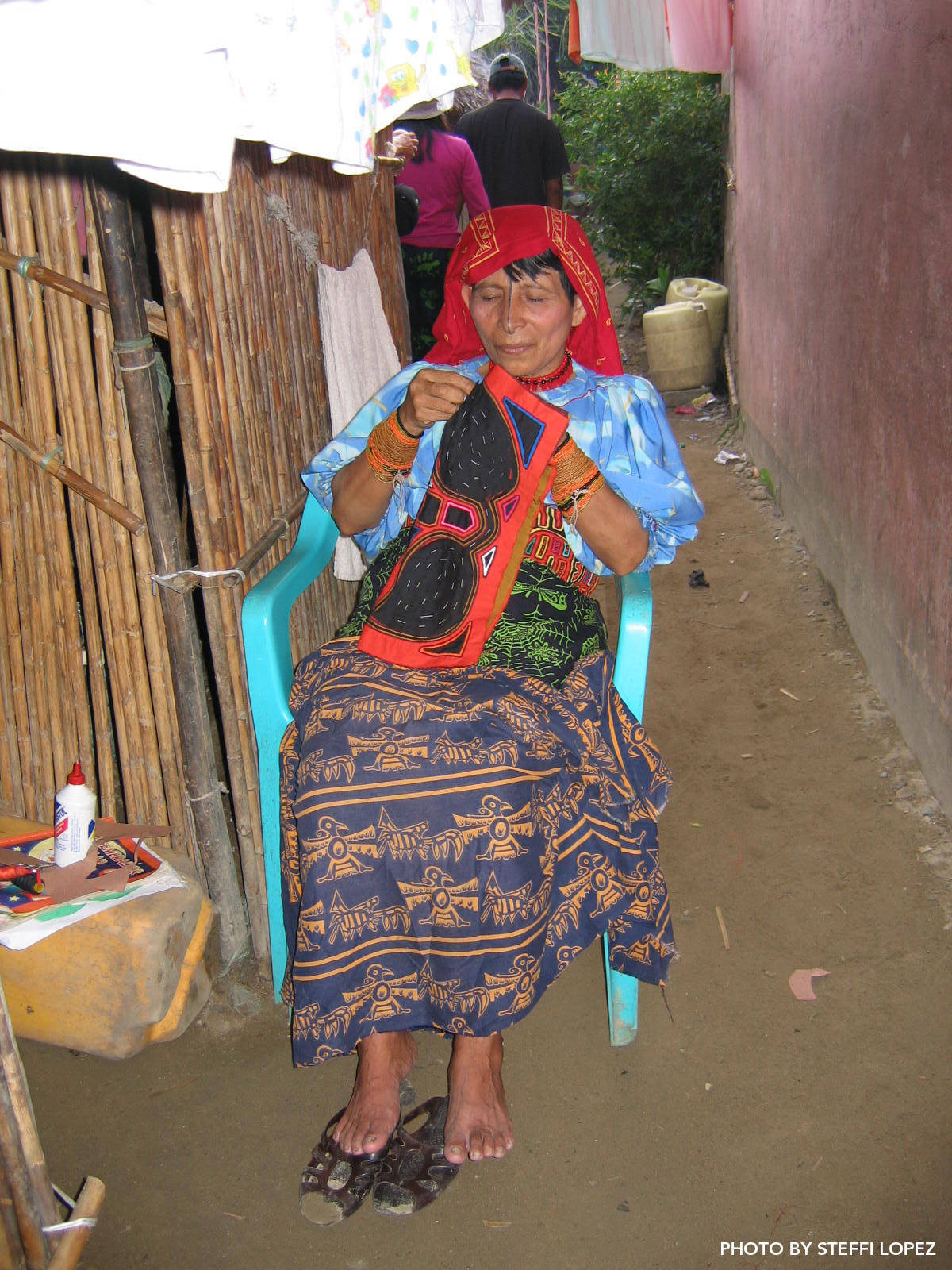 Kuna-woman-sewing-mola